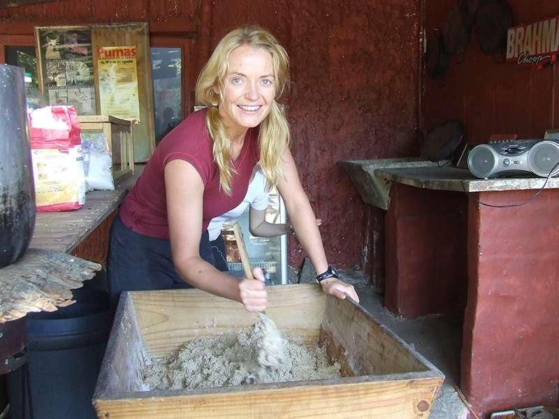 Volunteer bereitet Futter für Tiere vor